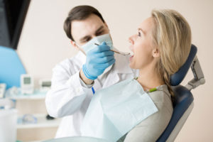 doctor-watching-teeth-of-woman-in-cabinet-72J8RAX-(1)